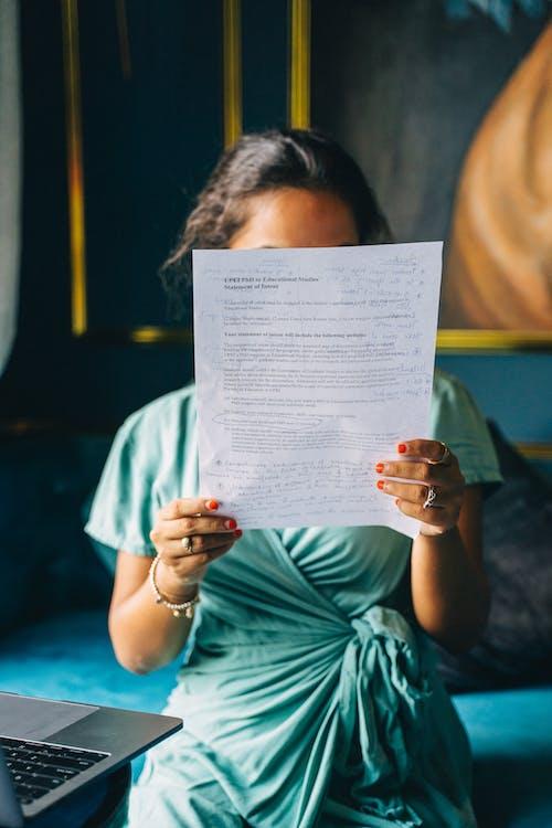 Kobieta Czytająca Dokument