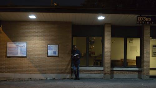 Základová fotografie zdarma na téma čtení, muž, noc, okna