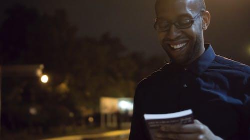 Základová fotografie zdarma na téma lehký, muž, muž s úsměvem, noc