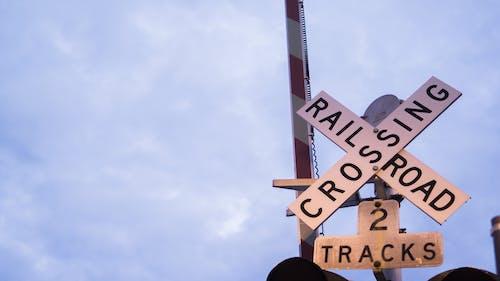 Základová fotografie zdarma na téma obloha, přechod, železnice, železniční přejezd