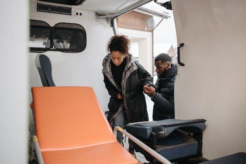 Foto profissional grátis de ambulância, doente, enfermo
