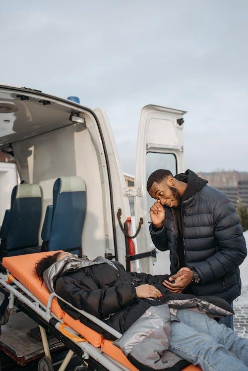 Foto profissional grátis de ambulância, casal, cônjuges
