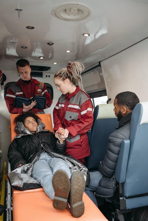 Foto profissional grátis de ambulância, doente, emt