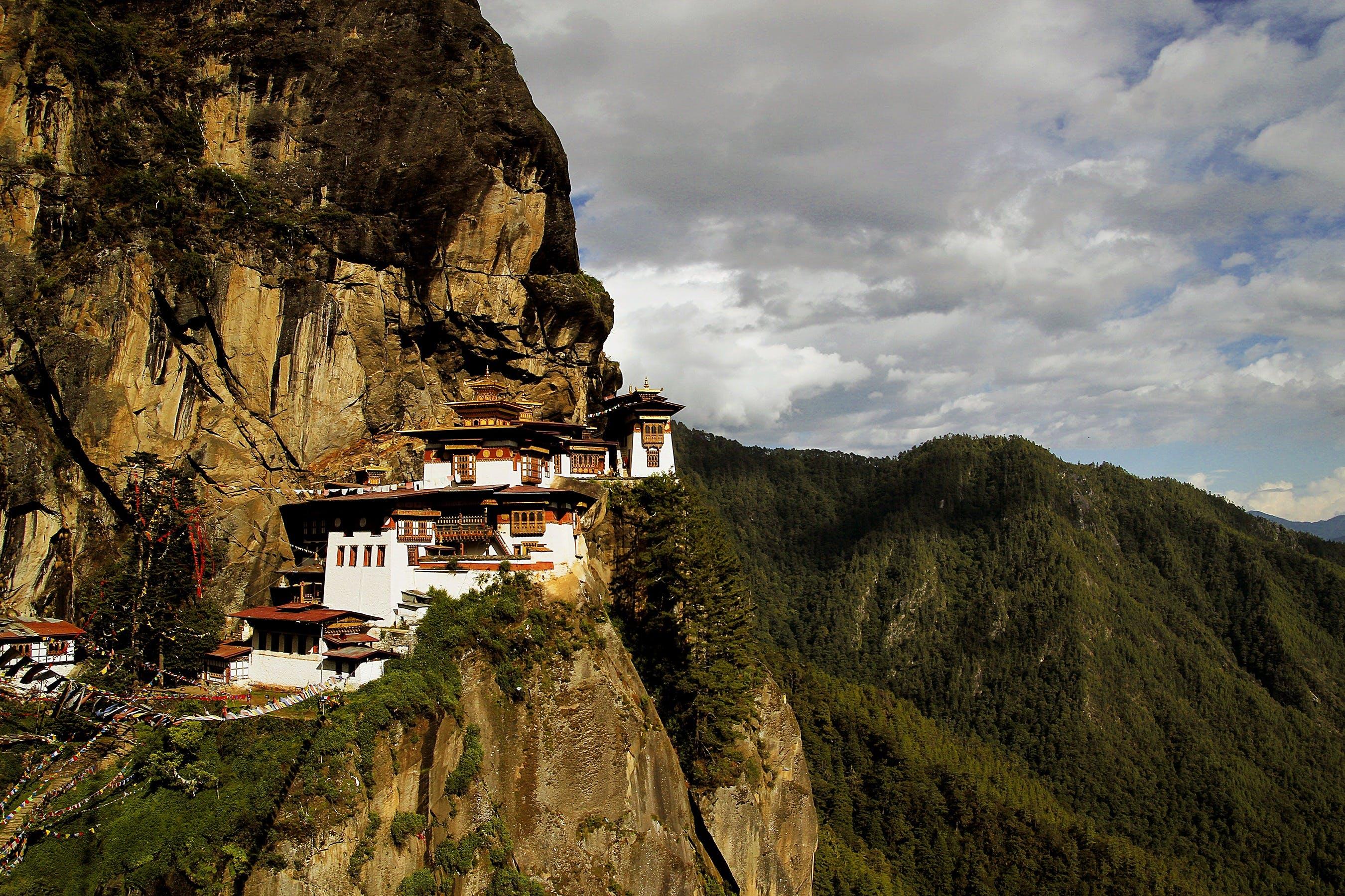 Kostenloses Stock Foto zu berg, berggipfel, grün, kloster