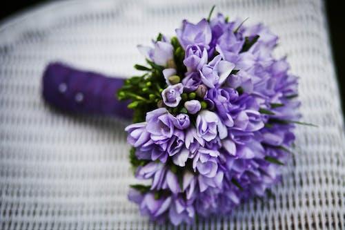 Фиолетовый букет цветов на белом стуле