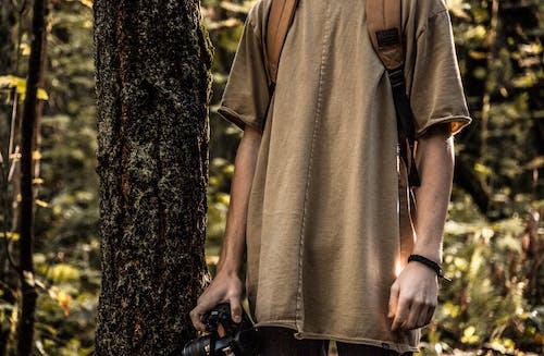 คลังภาพถ่ายฟรี ของ กระเป๋าเป้, กล้อง, คน, ต้นไม้