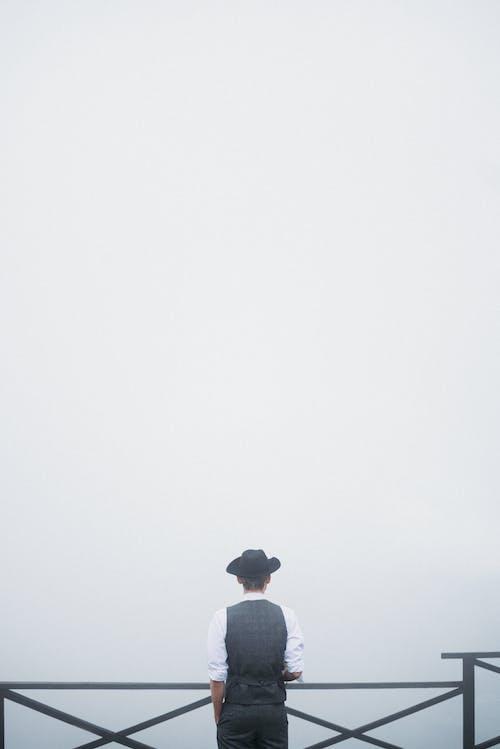 Бесплатное стоковое фото с вертикальный выстрел, вид сзади, дымка