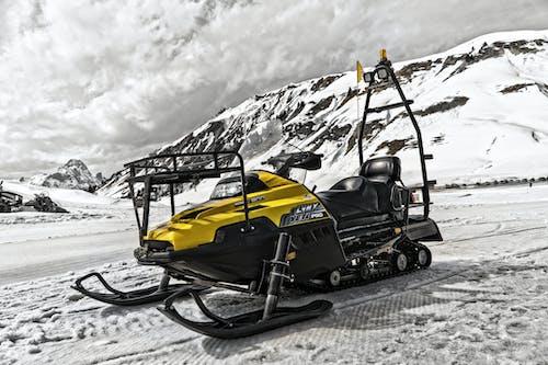 Ingyenes stockfotó hegy, hó, hó mobil, hójármű témában