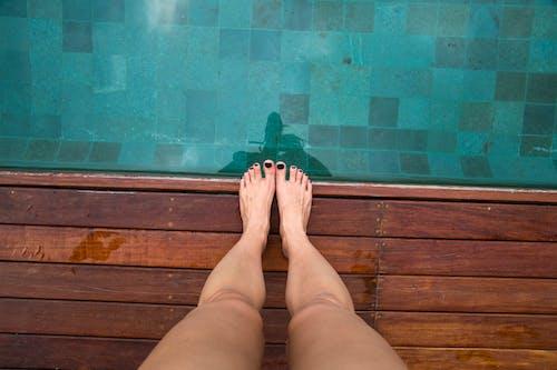 Foto profissional grátis de água, anônimo, ao lado da piscina