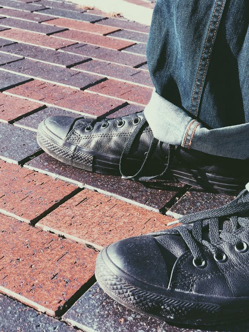 Photos gratuites de baskets, briques rouges, chaussures pour hommes, chucks