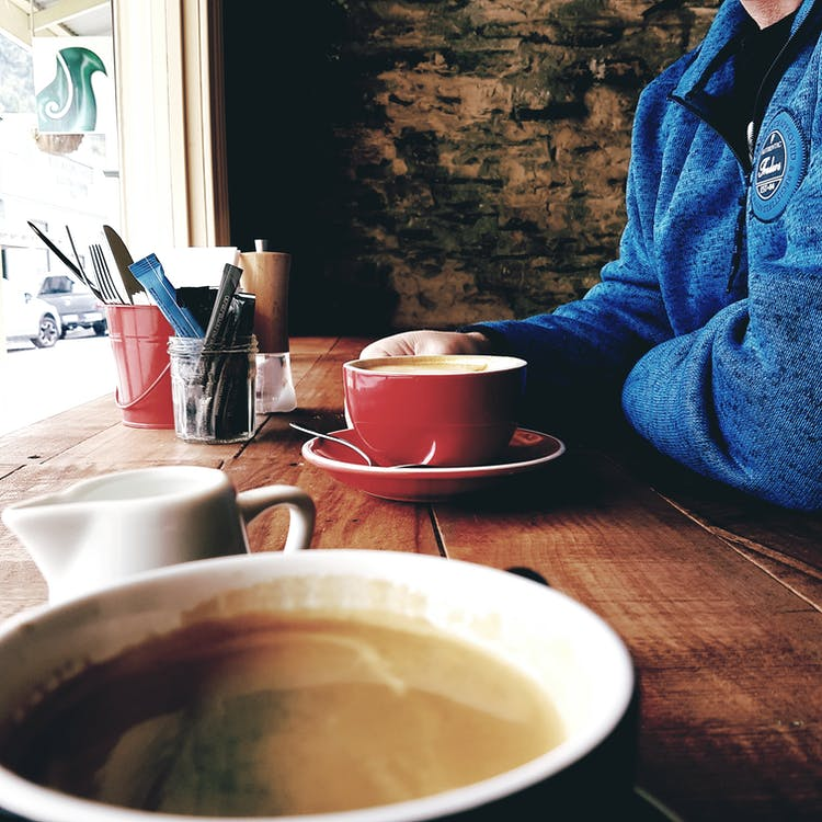 cangkir keramik, cappuccino, dalam ruangan