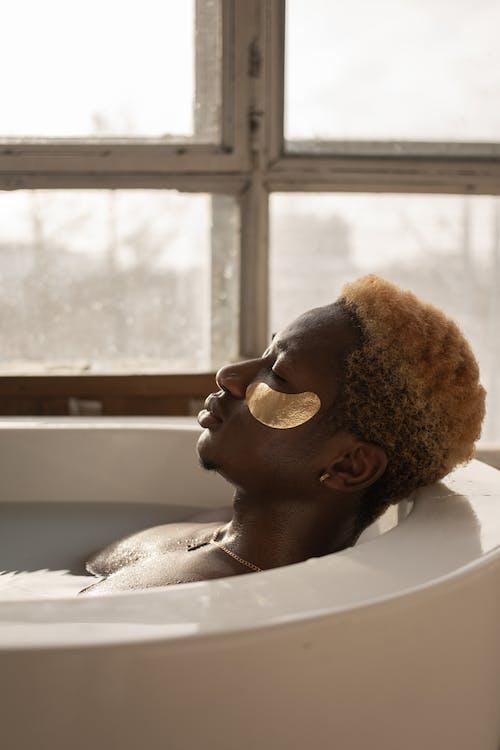 Kostenloses Stock Foto zu afroamerikanischer mann, augen geschlossen, ausruhen
