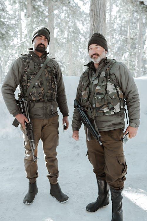 Fotos de stock gratuitas de armas, bosque, chaqueta
