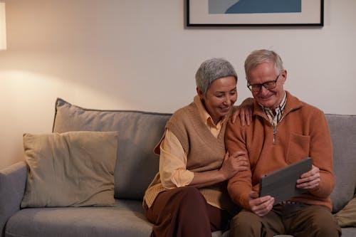 Fotos de stock gratuitas de abuelos, adentro, adulto