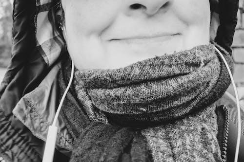 女性肖像, 微笑, 黑與白 的 免費圖庫相片