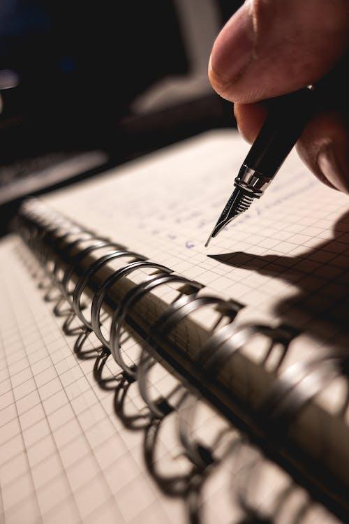 Foto d'estoc gratuïta de bloc de notes, desenfocament, escola, escrivint