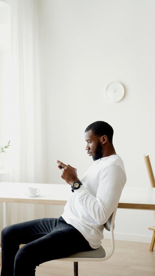 adam, akıllı telefon, aşındırmak içeren Ücretsiz stok fotoğraf
