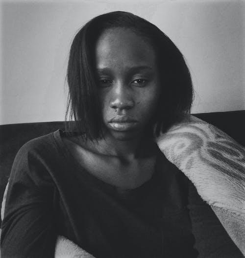 Foto d'estoc gratuïta de autofoto, blanc i negre, emoció, foto vertical