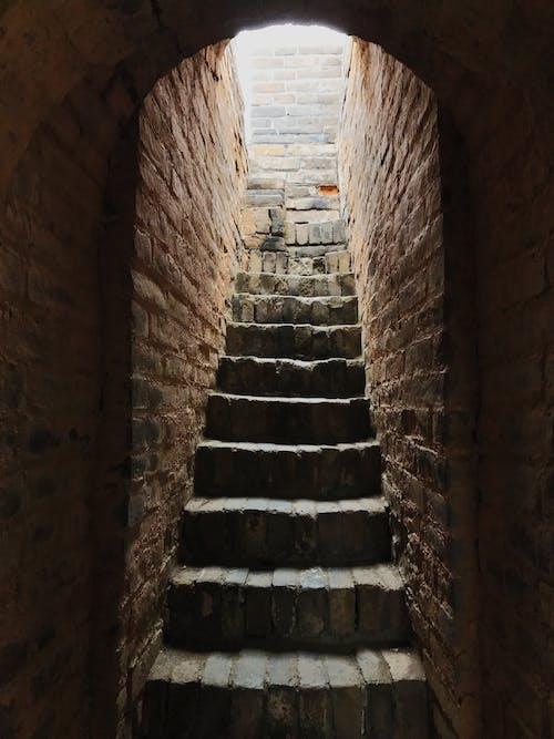 Gratis arkivbilde med grav, lett, lys og skygge, murstein
