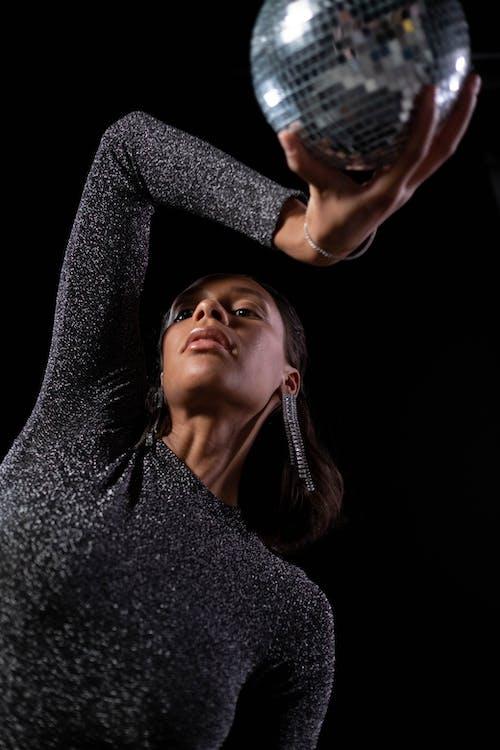 Безкоштовне стокове фото на тему «африканська жінка, вертикальні постріл, диско-кулею»