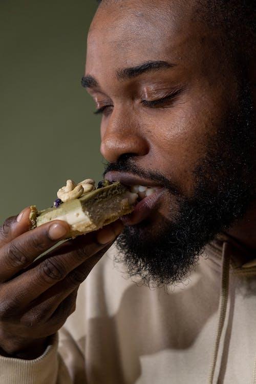Gratis arkivbilde med afrikansk mann, holde, kake
