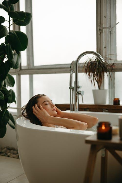 Darmowe zdjęcie z galerii z higiena, kąpiący się, kobieta