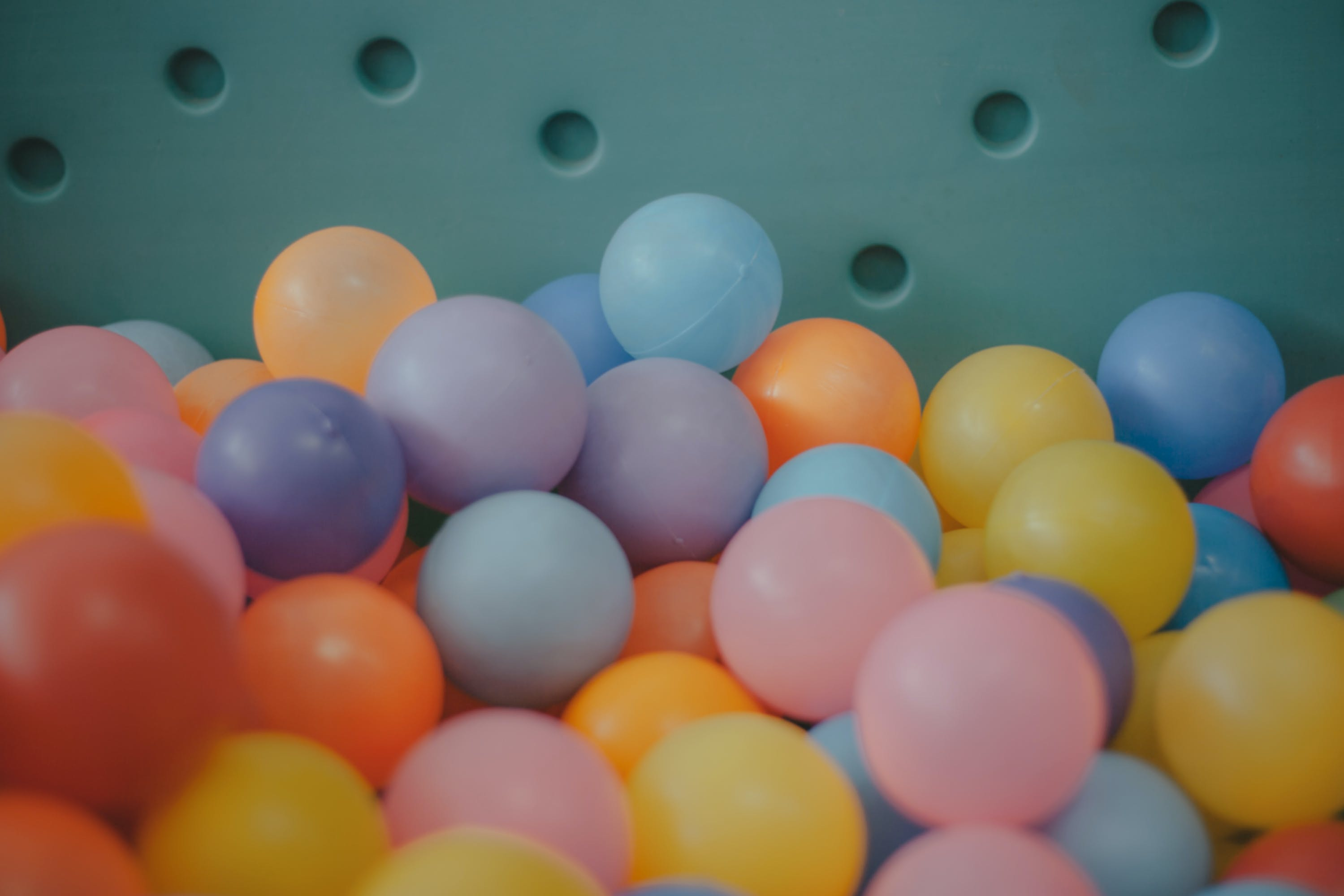 Periksa kebersihan kolam mandi bola, pastikan tidak berdebu dan banyak ceceran makanan di sekitarnya. (Foto: Pexels)