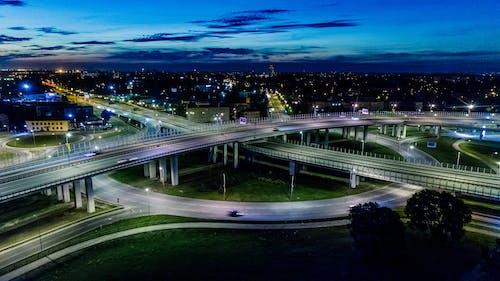 Бесплатное стоковое фото с автомобили, архитектура, асфальт, вечер