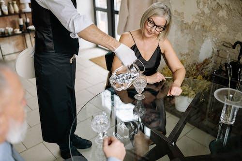 Безкоштовне стокове фото на тему «вода, всередині, літня жінка»