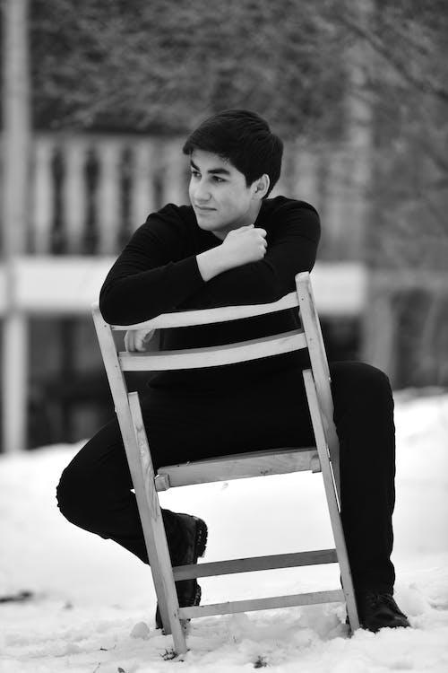 Fotos de stock gratuitas de actitud, blanco y negro, fondo borroso