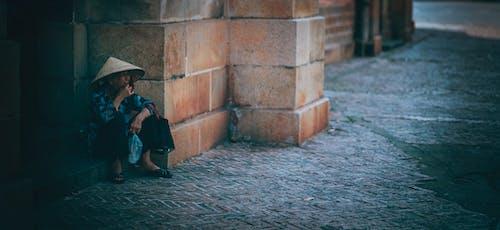 Foto d'estoc gratuïta de adult, arquitectura, assegut, barret