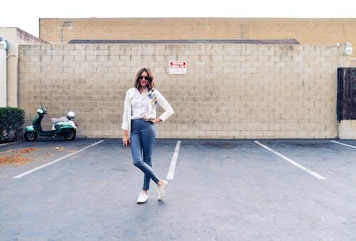 Kostnadsfri bild av jeans, kvinna, mode, modell