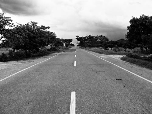 주간 콘크리트 도로의 회색조 사진