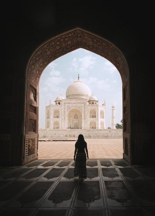 Wanita Mengagumi Taj Mahal