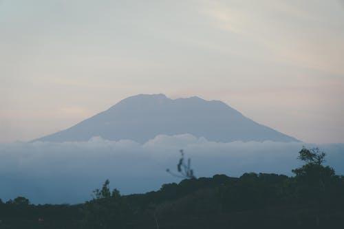 Núi Xanh Dưới Mây Trắng