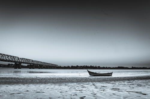 Foto d'estoc gratuïta de barca, monocrom, paisatge, riba del riu