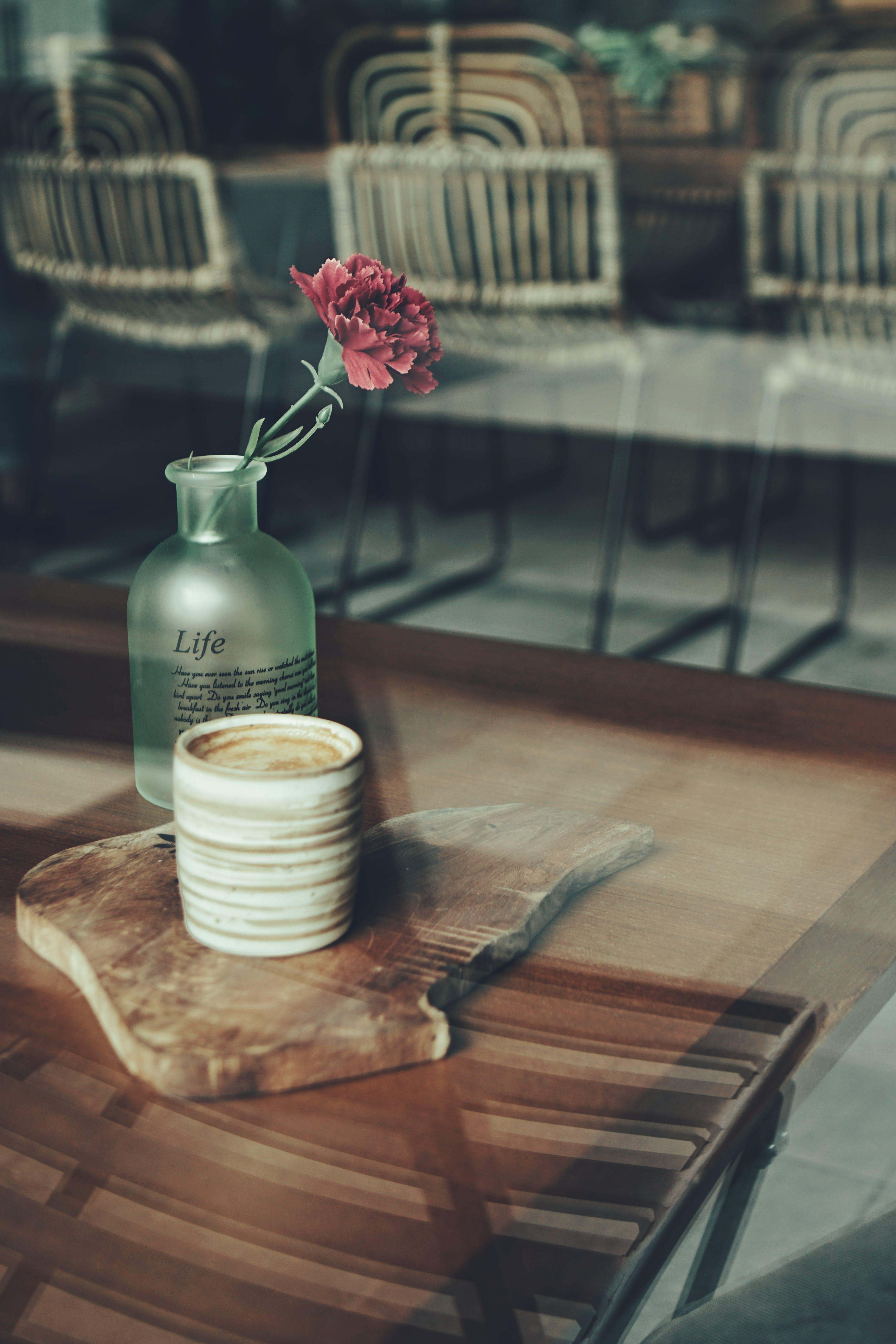 คลังภาพถ่ายฟรี ของ การถ่ายภาพหุ่นนิ่ง, กาแฟ, ข้างใน, ดอกไม้