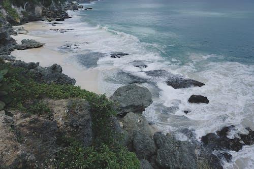 Photos gratuites de bali, côte de falaises, grandes vagues