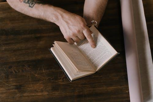 Fotos de stock gratuitas de dedo índice, libro, manos