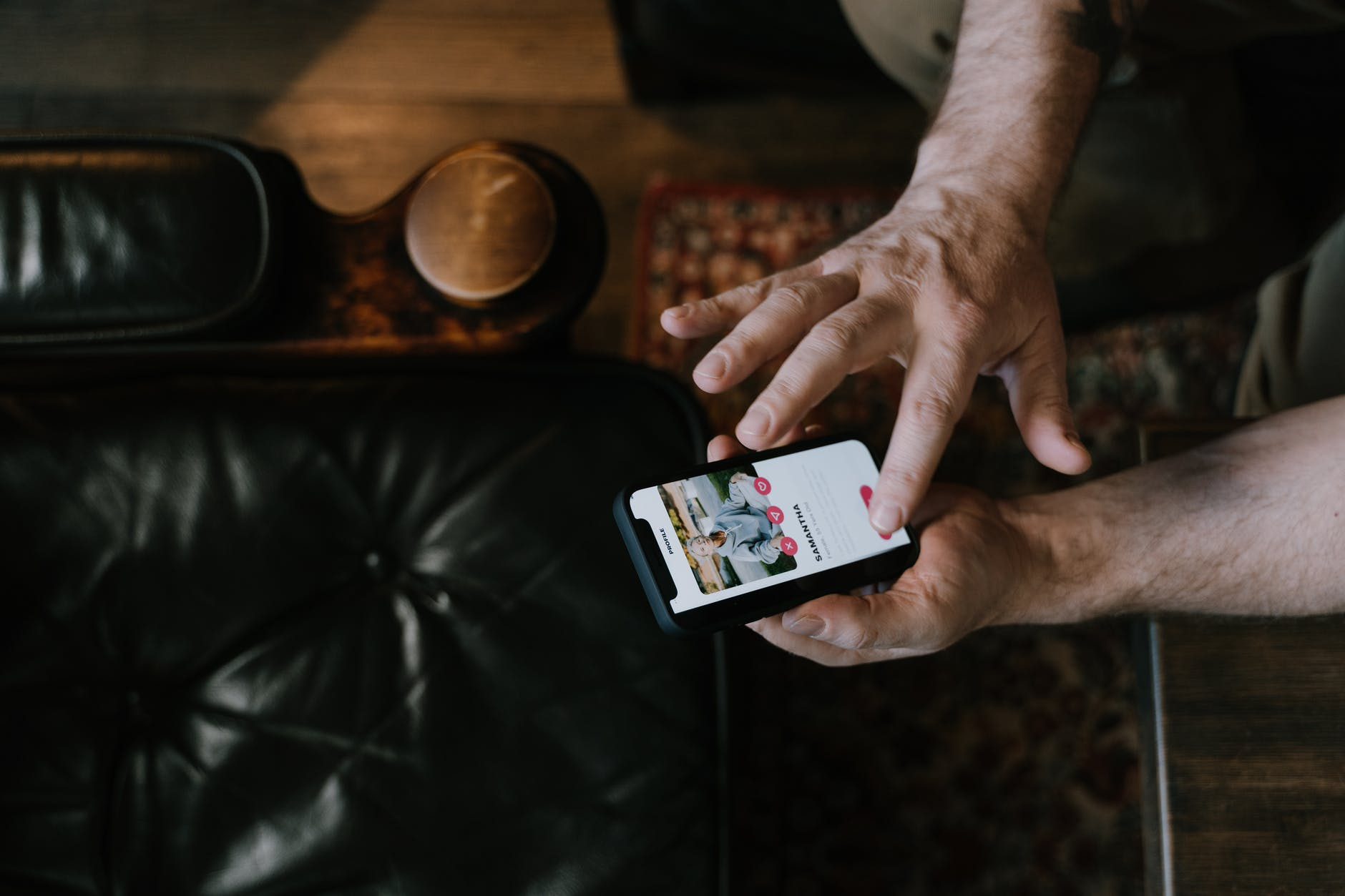 telefono con le app e i siti d'incontro