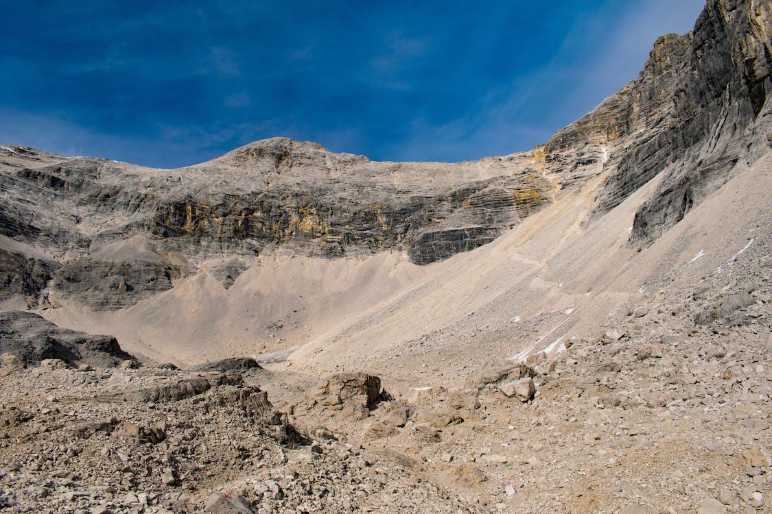Alpit, kivet, sininen taivas