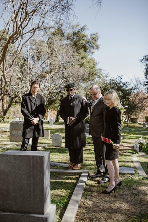 Des personnes dans un cimetière.   Photo : Pexel
