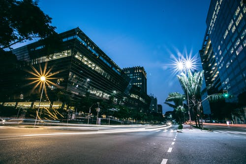Foto stok gratis bangunan, garis-garis yang kabur, gedung, jalan