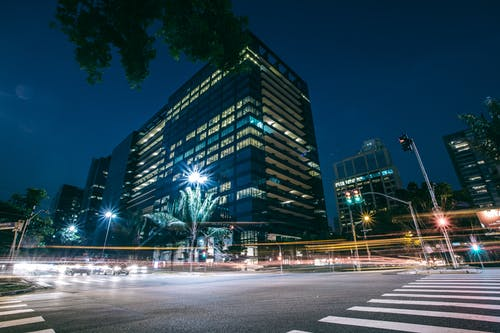ağaçlar, akşam, arabalar, aydınlatılmış içeren Ücretsiz stok fotoğraf