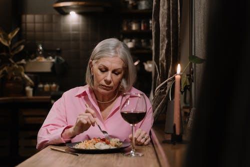 Fotos de stock gratuitas de anciano, camisa rosa, cena