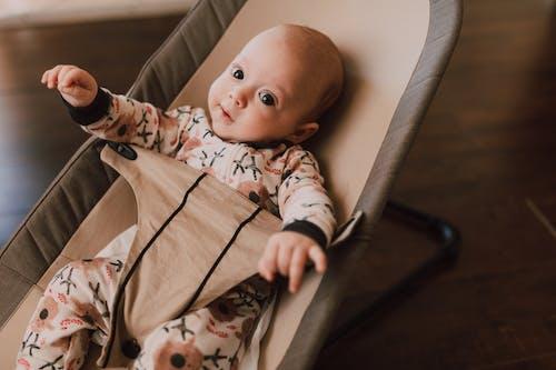 bebek, bebek elbisesi, bebek koltuğu içeren Ücretsiz stok fotoğraf