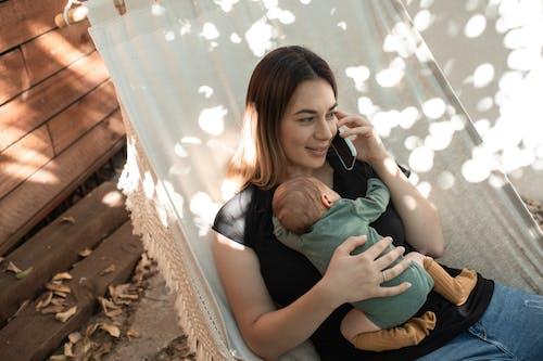 Gratis stockfoto met baby, baby'tje, dragen