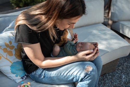 Foto stok gratis bayi, ibu, ikatan