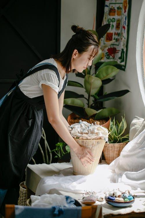 Бесплатное стоковое фото с азиатка, в помещении, вертикальный