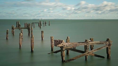 Foto d'estoc gratuïta de Aigües tranquil·les, fusta podrida, moll, paisatge marítim